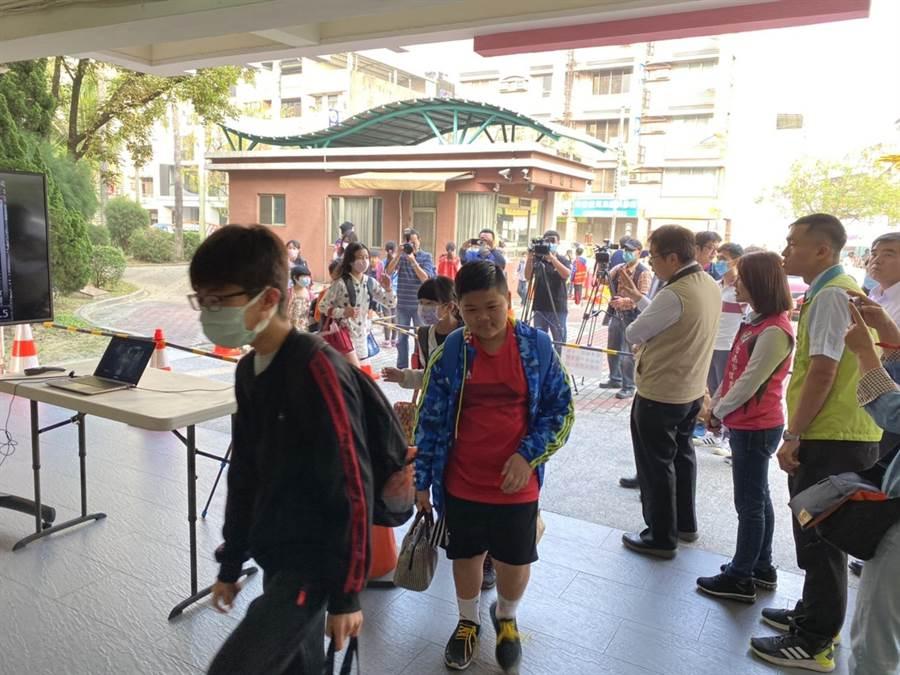 台南市長黃偉哲視察安裝有紅外線體溫偵測儀的崇學國小。(曹婷婷攝)