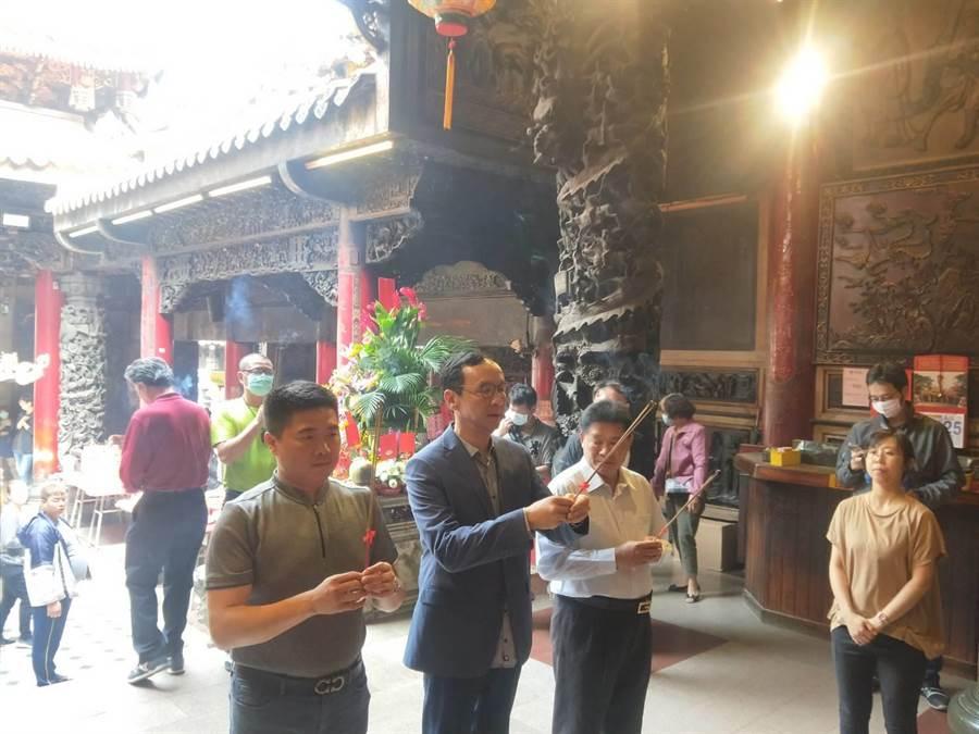 前黨主席朱立倫在黨副秘書長顏寬恒陪同下,前往大甲鎮瀾宮參拜。(陳淑娥攝)