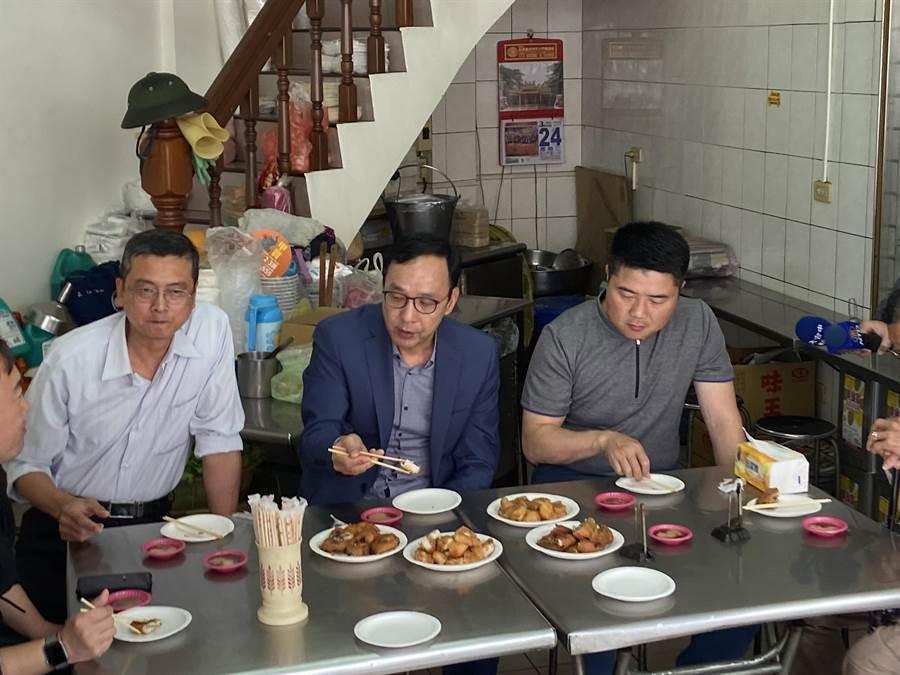 副秘書長顏寬恒邀請前黨主席朱立倫一起品嘗大甲美食炸粿。(陳淑娥攝)