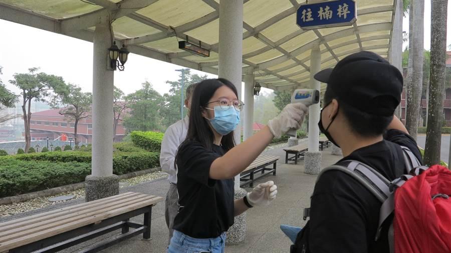 義守大學全面把關校內師生衛生健康情況,在校內設置16個體溫量測站,並且每天都要檢測1次體溫。(義守大學提供/李侑珊台北傳真)