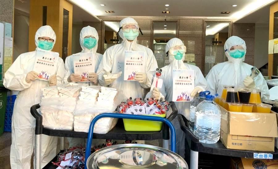 在防疫期間,義守大學校方提供檢疫學生三餐與檢疫宿舍生活手冊等。(義守大學提供/李侑珊台北傳真)