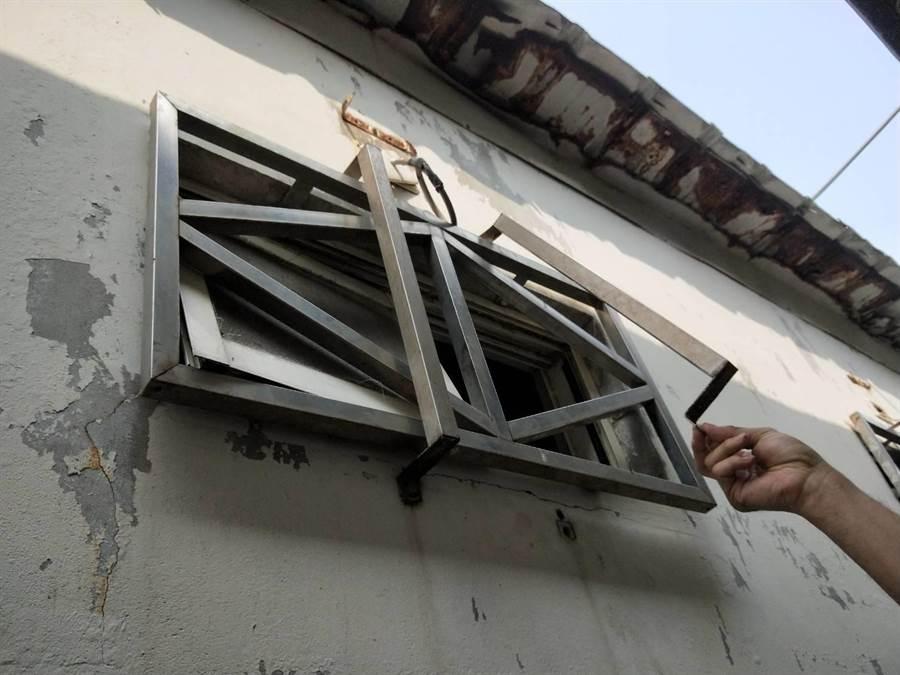 31名越南籍偷渡犯進行自主隔離時,有6人破窗逃逸。(陳淑娥攝)
