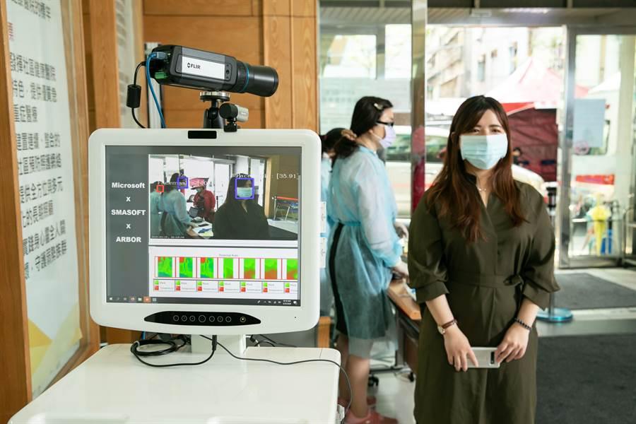 永和耕莘醫院為全台首間正式導入「AI口罩與紅外線溫度一站式檢測裝置」醫療單位,期可結合微軟AI科技技術與醫療實力堅守防疫前線。(微軟提供/黃慧雯台北傳真)