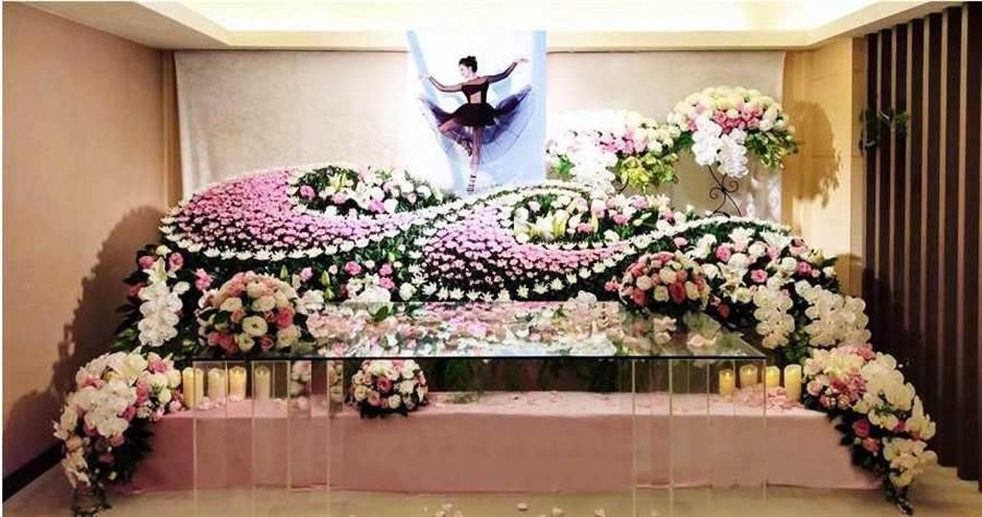 劉真靈堂使用她最愛的粉紅色為主,搭配曼妙舞姿做為遺照。(圖/容易文創提供)
