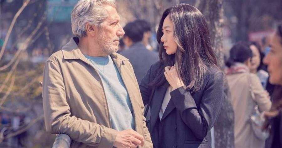 裴斗娜與亞倫夏巴大談異國網戀。(圖/采昌提供)