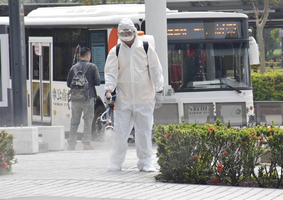嘉義縣政府與18鄉鎮市公所同步組成防疫消毒大隊,即日起針對人潮聚集熱點進行全面大消毒。(呂妍庭攝)