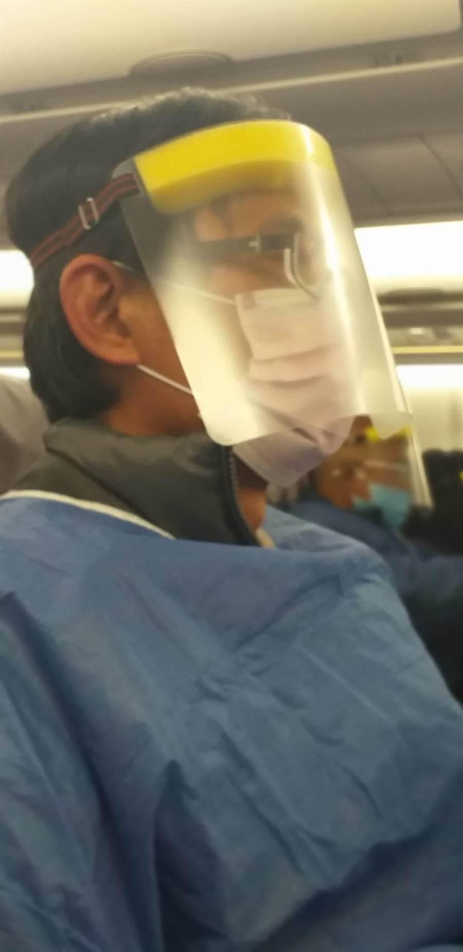 李姓鄰長夫婦分享搭乘專機,台灣所做的相關防疫措施,滴水不漏。(鄰長提供/吳建輝彰化報導)