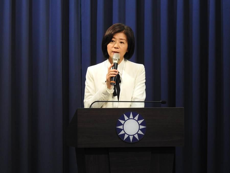 國民黨文傳會主委王育敏向媒體轉述。(趙婉淳攝)