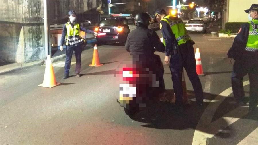 嘉義市警方深夜擴大臨檢,用M-Police攔查有沒有居家檢疫或隔離者趴趴者。(嘉義市警一分局提供/廖素慧嘉義傳真)