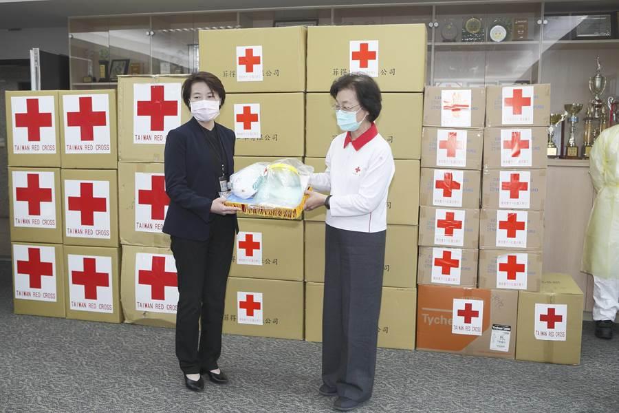 中華民國紅十字會會長王清峰(右)捐贈防水隔離衣500件、防護面罩700只、N95口罩1萬只及NBR手套1萬4千只給北市消防局,由副市長黃珊珊(左)代表接受,保護救護人員安全。(張鎧乙攝)