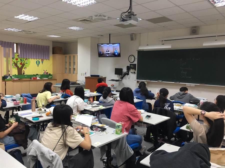 中科實中啟動遠距教學系統,學生即時透過各班電視收看談話。(中科管理局提供/王文吉台中傳真)