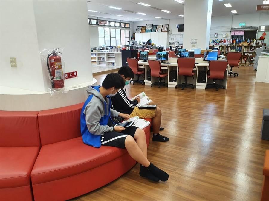 中科實中學生於圖書館沙發區線上同步受課。(中科管理局提供/王文吉台中傳真)