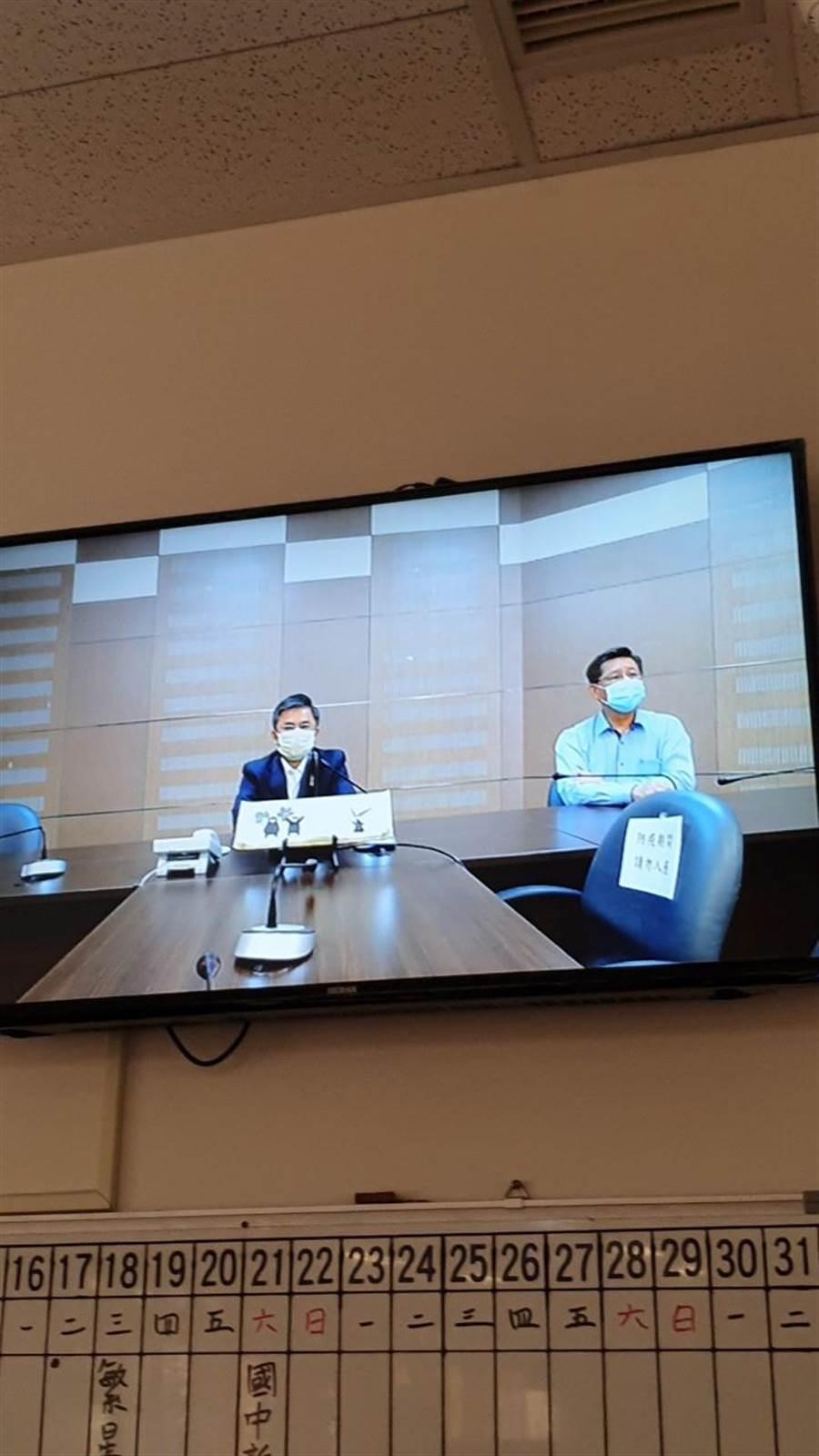中科管理局長許茂新(左)與中科實中校長林坤燦(右)藉由校內廣播系統晨間直播。(中科管理局提供/王文吉台中傳真)
