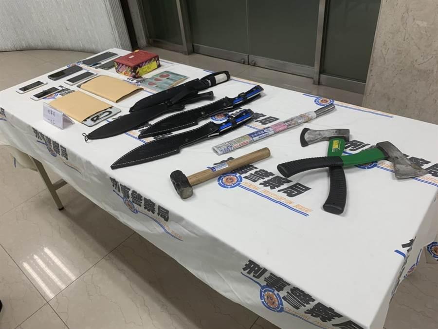警方查扣到開山刀4支、西瓜刀1支、斧頭2支、鐵鎚及鞭炮等贓證物。(林郁平攝)