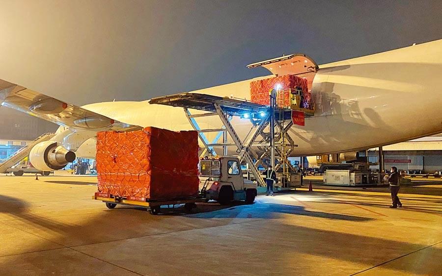 中國馳援義大利,11日防疫物資在杭州蕭山國際機場裝機。(中新社)
