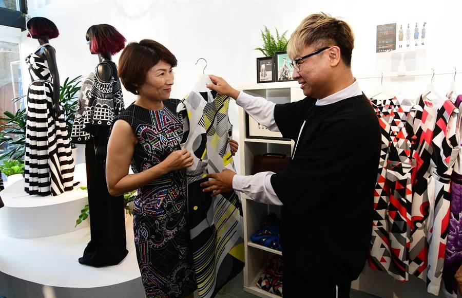 台東創客團隊行銷平台實體店面25日開幕,縣長饒慶鈴(左)試穿原民時尚設計師沙布喇.安德烈(右)的品牌服飾。(莊哲權攝)