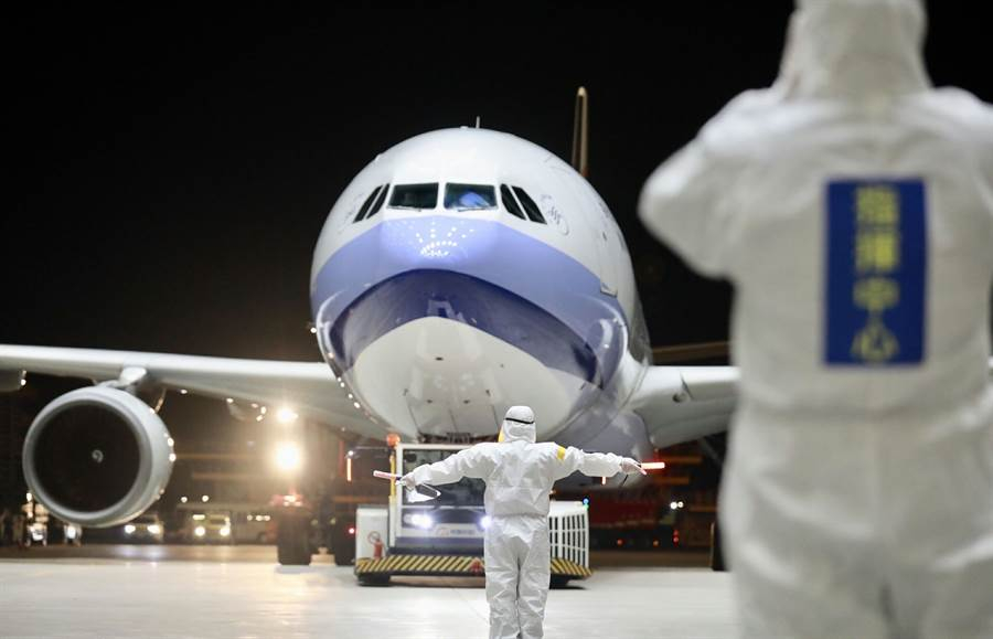 361名台灣民眾搭乘武漢包機,10日深夜抵達桃園國際機場,並送往3個檢疫所進行隔離。(中央流行疫情指揮中心提供/中央社)