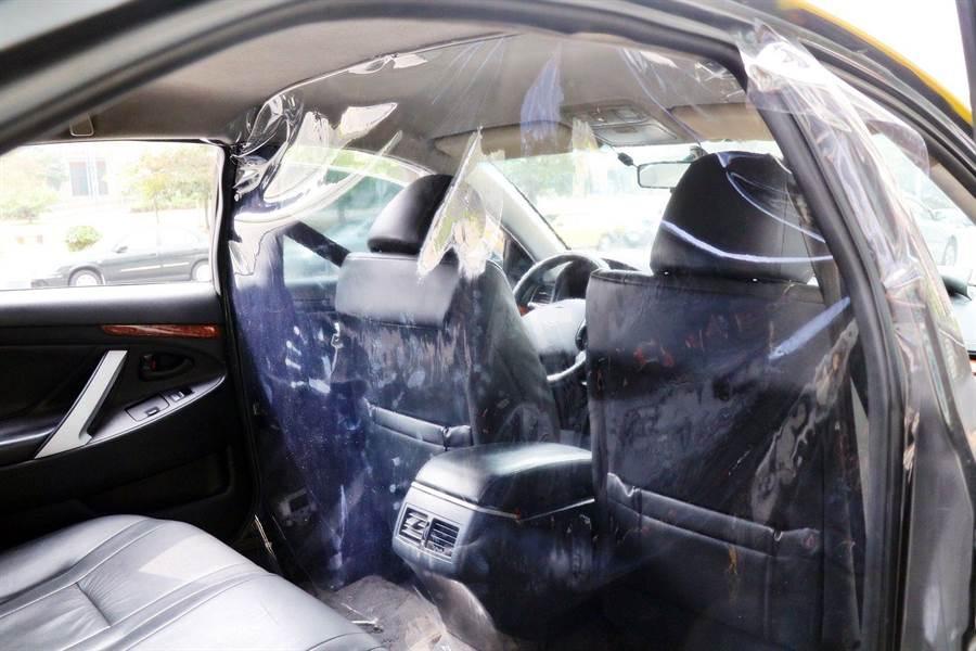 嘉義市防疫計程車在駕駛座與後座之間裝設防護層。(嘉義市政府提供/廖素慧嘉義傳真)