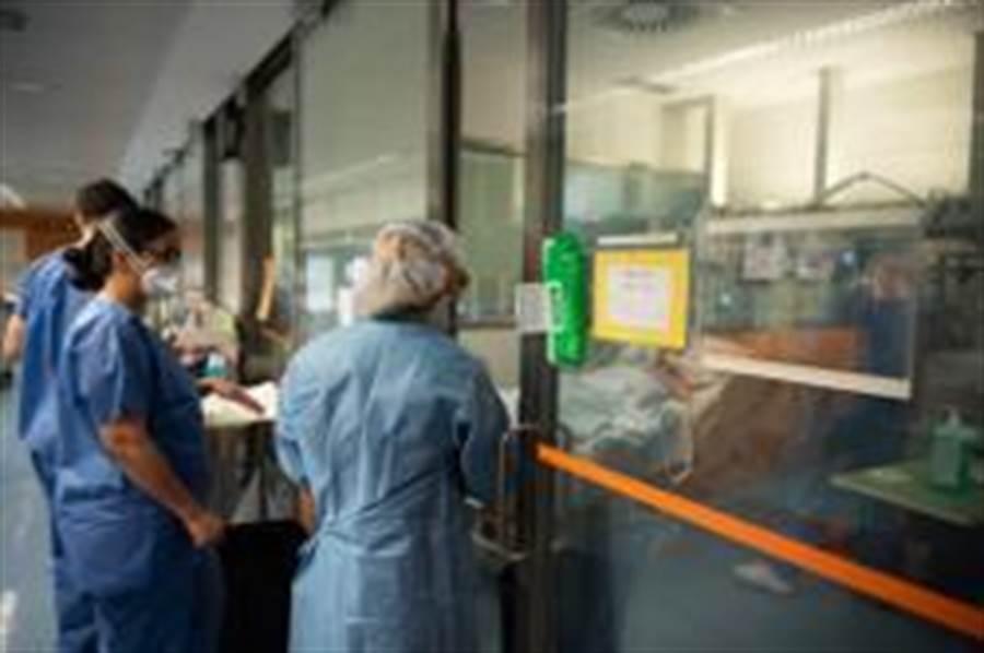 3月20日,在西班牙巴塞羅那一家醫院內,醫務人員觀察患者情況。(照片取自新華社)