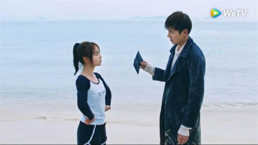邢菲(左)救溺水的金澤。(圖/WeTv)