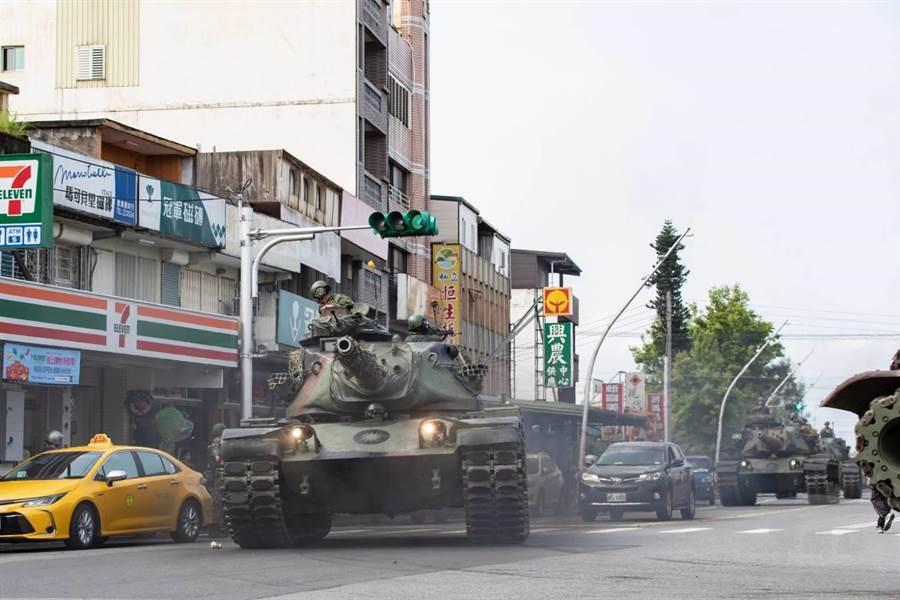 M60A3戰車駕駛於宜蘭員山街道。軍聞社提供