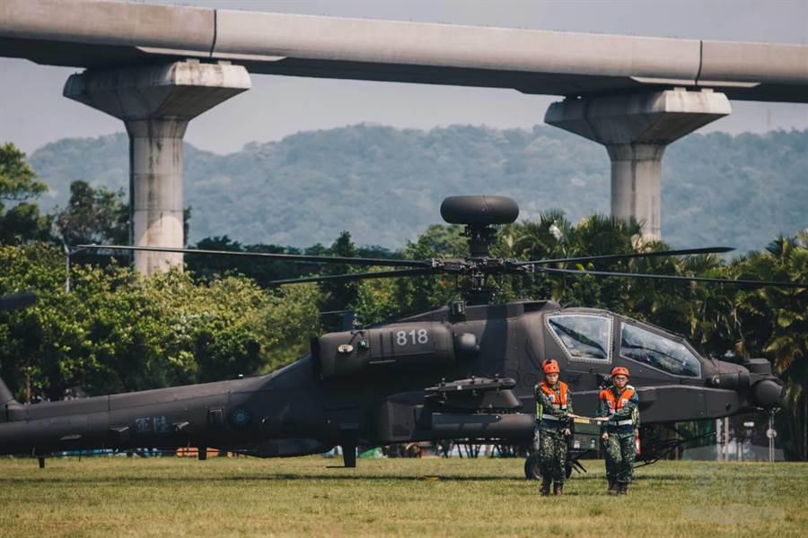 AH-64E攻擊直升機及OH-58D戰搜直升機,降落台北大學。軍聞社提供