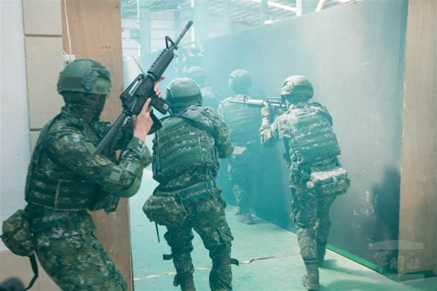 陸軍269旅實施城鎮作戰實地演練。軍聞社提供。