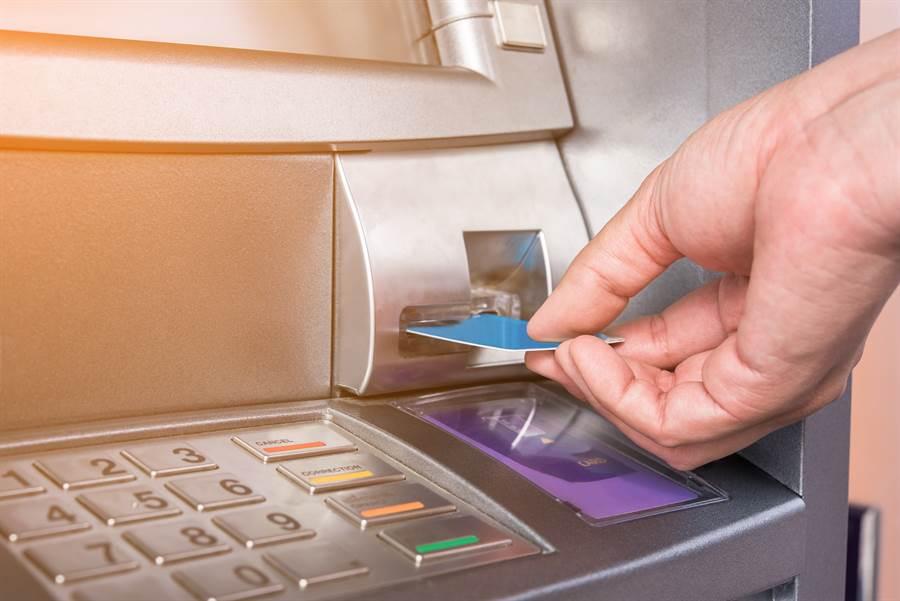 ATM領錢突被退卡她嚇壞 結局超糗(示意圖/達志影像)