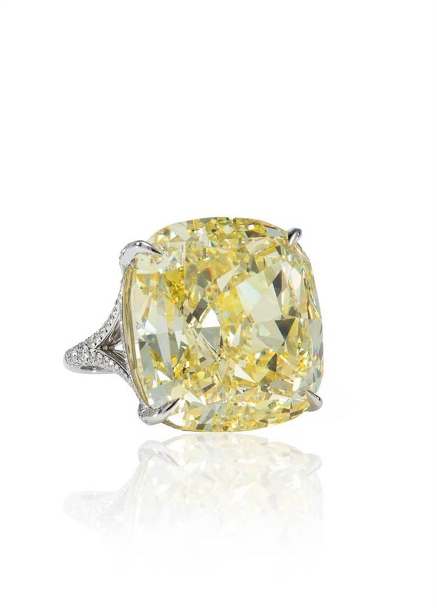 Tiffany Jewel Box高级珠宝系列黄钻戒指,主石为逾51克拉枕形切割浓彩黄钻,1亿2524万元。(Tiffany & Co.提供)