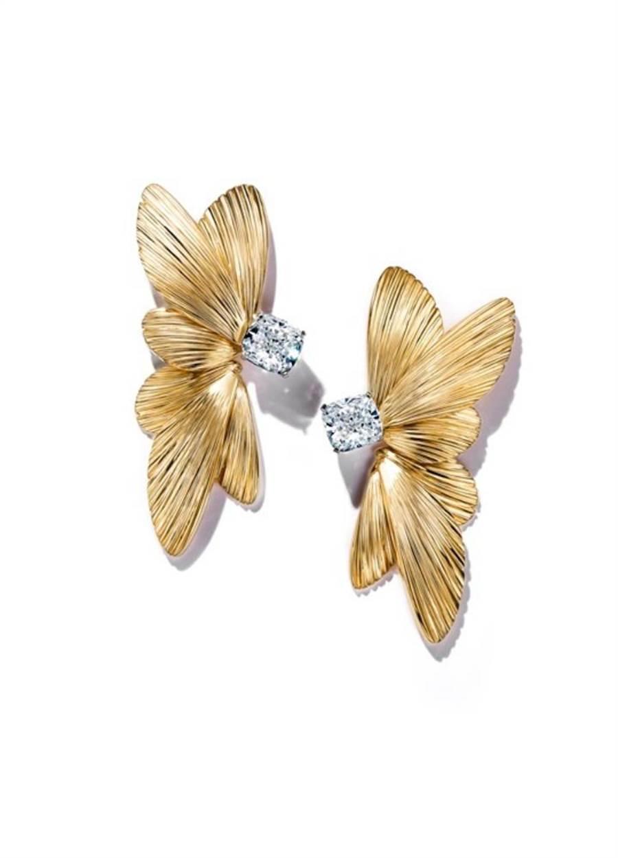 Tiffany Jewel Box高级珠宝系列Flight耳环,镶嵌一对逾4克拉枕形切割钻石,526万5000元。(Tiffany & Co.提供)