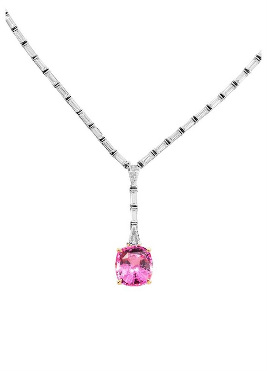 Tiffany Jewel Box高级珠宝系列Frame项鍊,主石14克拉未经优化处理枕形切割斯里兰卡帕帕拉夏蓝宝石,5391万元。(Tiffany & Co.提供)