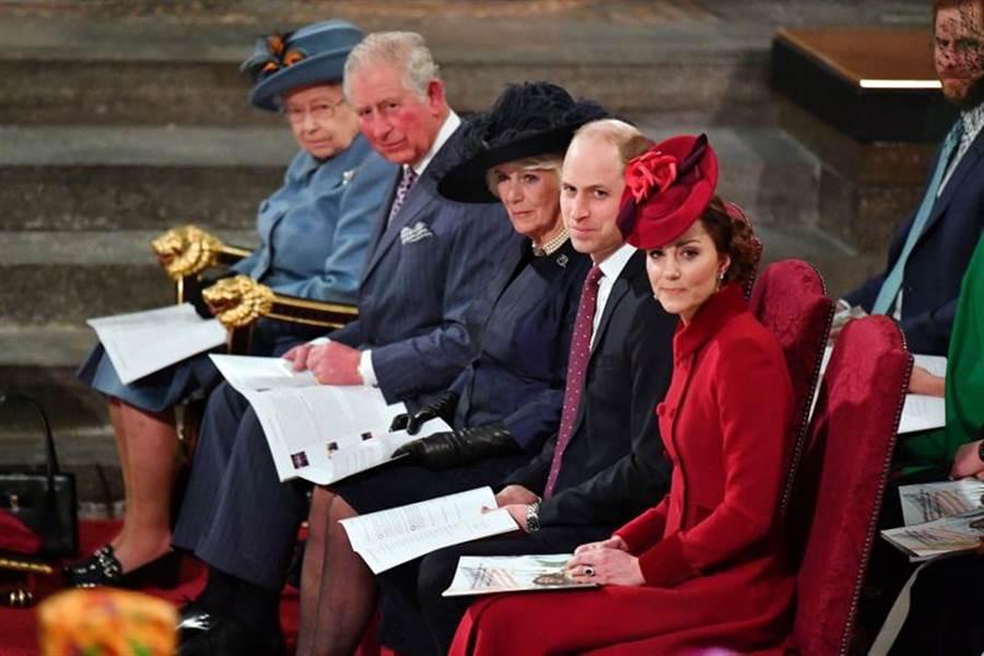 3月9日,英女王伊麗莎白2世、查爾斯王儲、卡蜜拉夫人、威廉王子、凱特王妃共同出席在西敏寺舉行的英聯邦日紀念儀式。(圖/路透社)