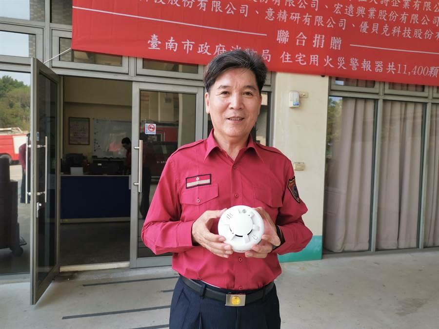此次捐贈的住宅用火災警報器都是台灣製造,電池可以用10年。(劉秀芬攝)