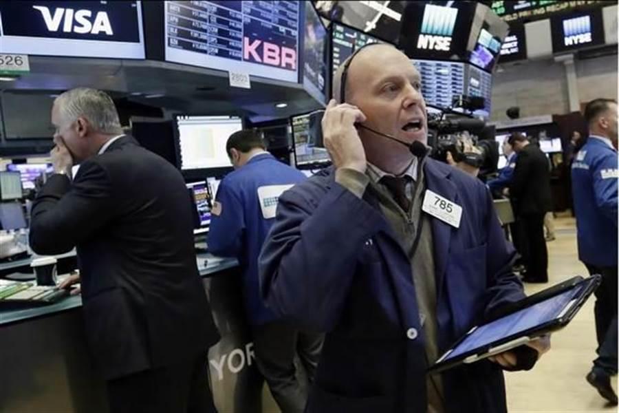 美股早盤大漲500點。(圖/美聯社)