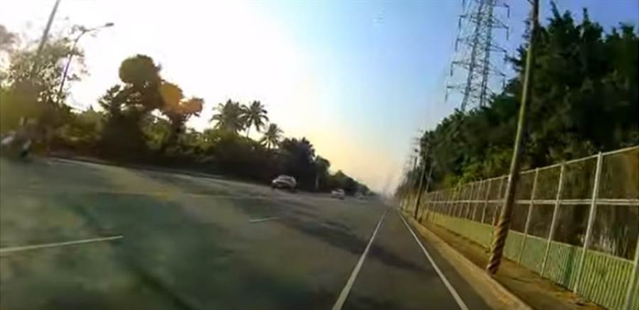 YouTuber「PC」騎車實際測試高雄市小港區沿海四路往大林(蒲)電廠道路。(翻攝「PC」YouTube)
