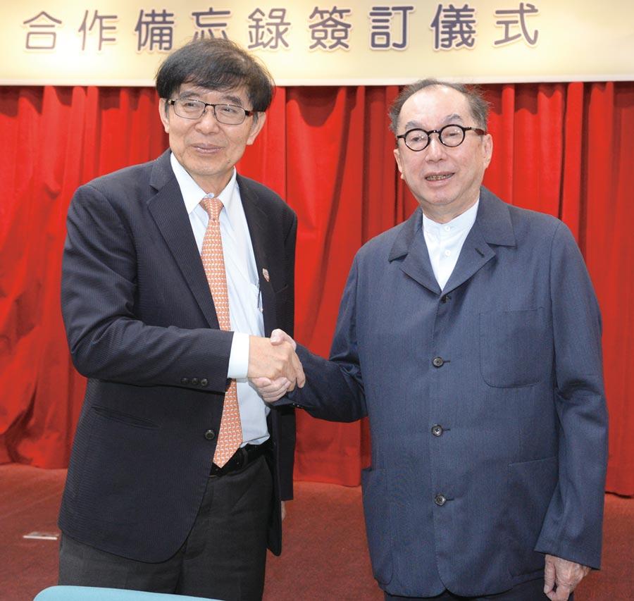 衛福部健保署24日宣佈與廣達電腦簽發展AI智慧健保MOU,健保署長李伯璋(左)與廣達董事長林百里(右)簽約後互相握手致意。圖/王德為