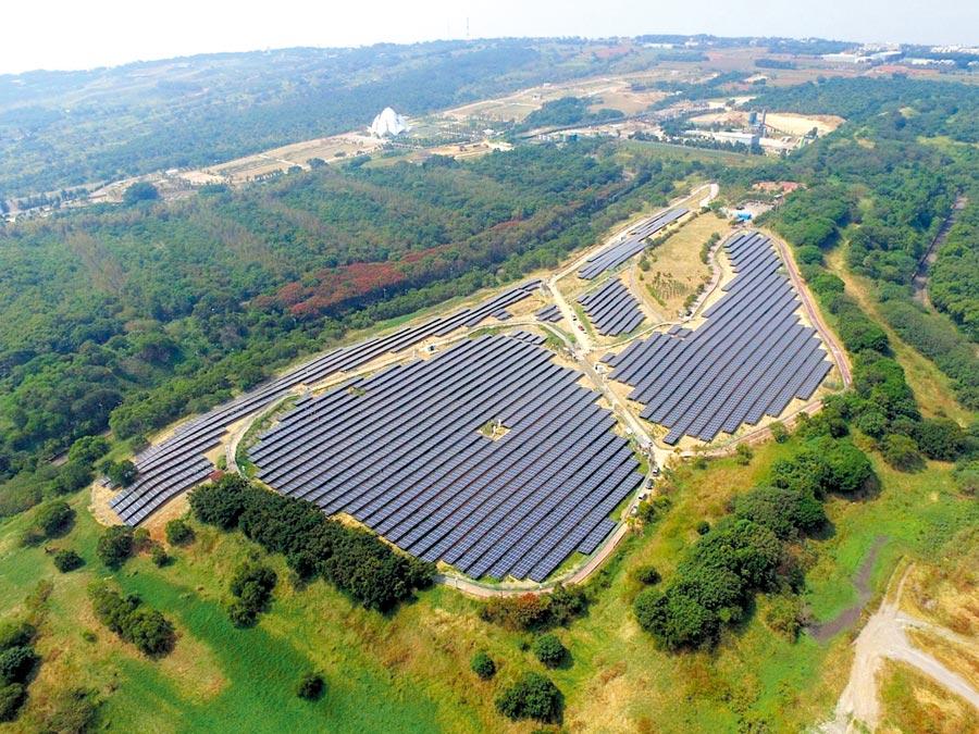 臺中文山掩埋場地面型太陽光電系統,為國內有效活化閒置土地、開發綠能的成功案例。圖/本報資料照片