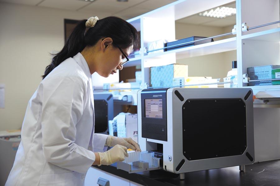 瑞基海洋全自動核酸分析儀放進採檢樣本後,可以在85分鐘後得知檢測結果。將一般需要核酸萃取、核酸檢測等多步驟、多儀器的檢驗流程結合在一機裡。圖/業者提供