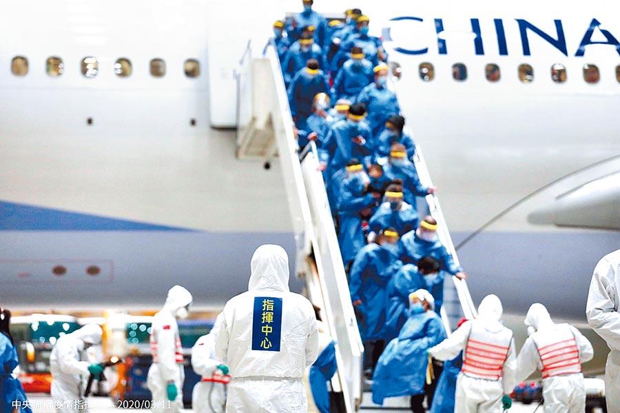 武漢4/8即將解封,屆時滯留的台人回國後,將比照一般國人,須居家檢疫14天。圖為第二批武漢包機抵桃機。(中央疫情指揮中心提供)