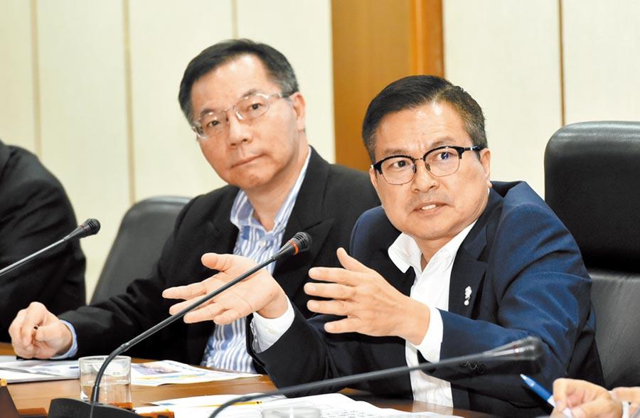 台水前董事長魏明谷(右)及總經理胡南澤(左)出席。(本報資料照片)