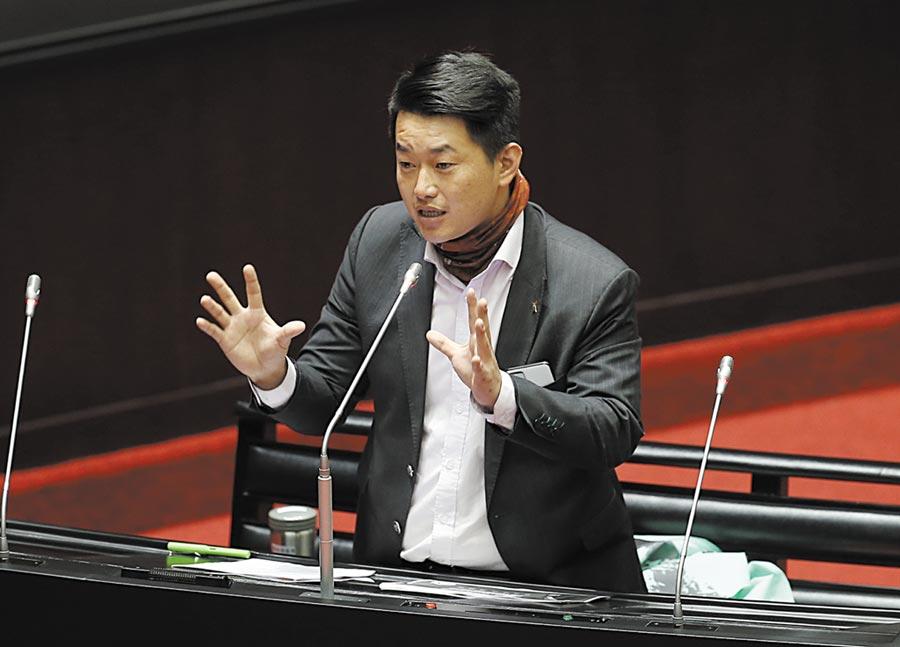 台灣基進立委陳柏維在24日立法院質詢中建議政府應該要開放香港抗爭者來台從軍,並取得公民權。(姚志平攝)