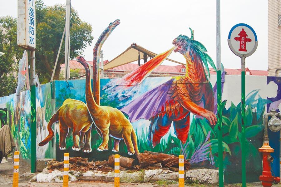 中壢區福德里恐龍意象牆栩栩如生,讓過路民眾眼睛為之一亮。(呂筱蟬攝)