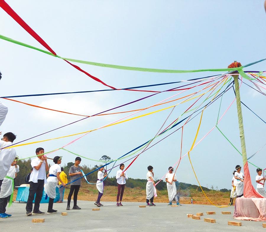 竹市華德福實驗學校24日上午舉行動土典禮,藉由祭祀祈福春之舞編織彩帶,揭開工程序幕。(邱立雅攝)