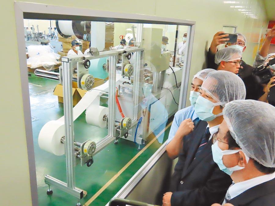 美台聯手防疫。圖為3月3日,準副總統賴清德(右二)前往台南將軍鄉訪視口罩生產線。(本報系資料照片)