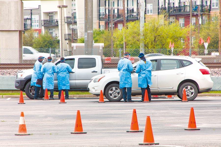 美國達拉斯市21日新設兩處「得來速」式新冠病毒檢測站 ,為車上人員提供免下車檢測服務。(新華社)
