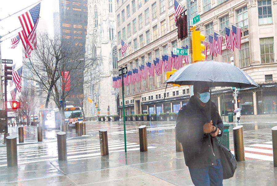 3月23日,美國紐約第五大道上行人稀少。(新華社)