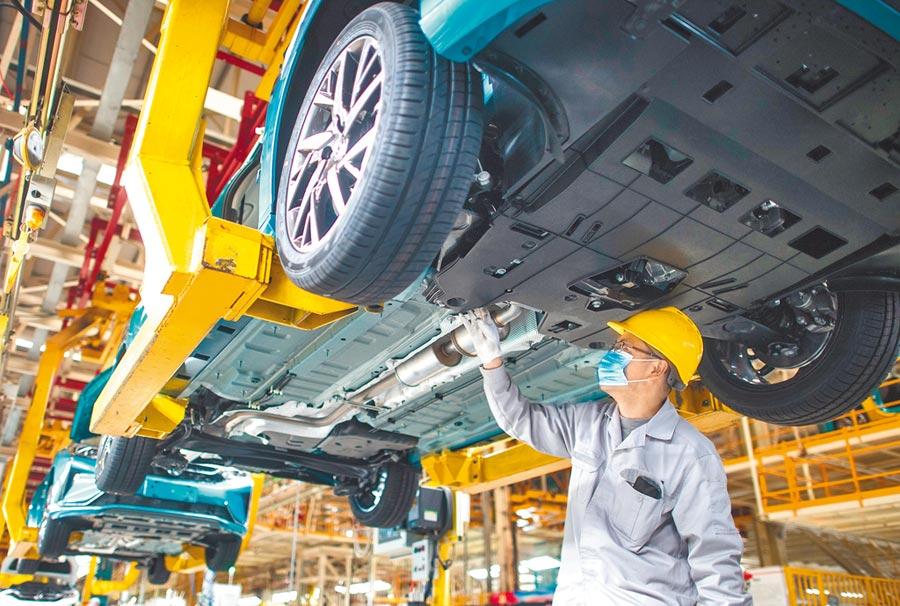 武漢各企業陸續復工復產。圖為3月24日,工人在汽車生產線上作業。(新華社)