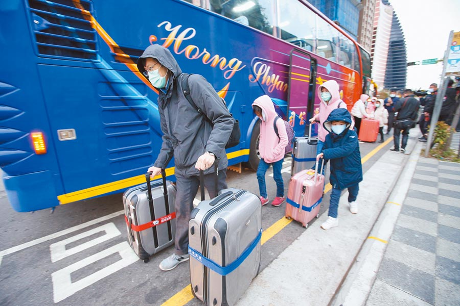 滯留湖北的台人希望政府取消名單註記,圖為首批由武漢專機返台的台商及家人。(本報系資料照片)