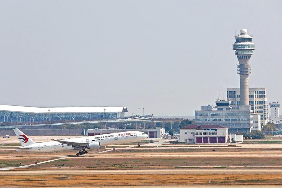 上海規定所有國際航班將全數從浦東機場降落,不再飛虹橋機場。圖為3月18日,ㄧ架飛機從浦東機場起飛。(中新社)