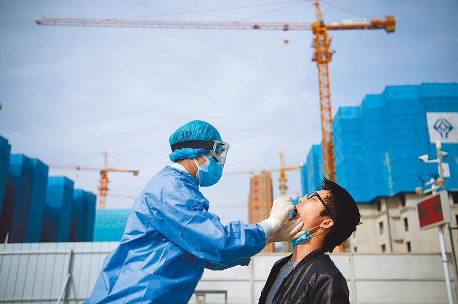 3月13日,山西社區衛生服務中心的醫療人員為民眾進行核酸檢測採樣。(中新社)